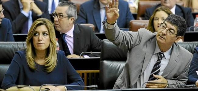 Susana Dïaz y Diego Valderas en sus escaños en el Parlamento Andaluz