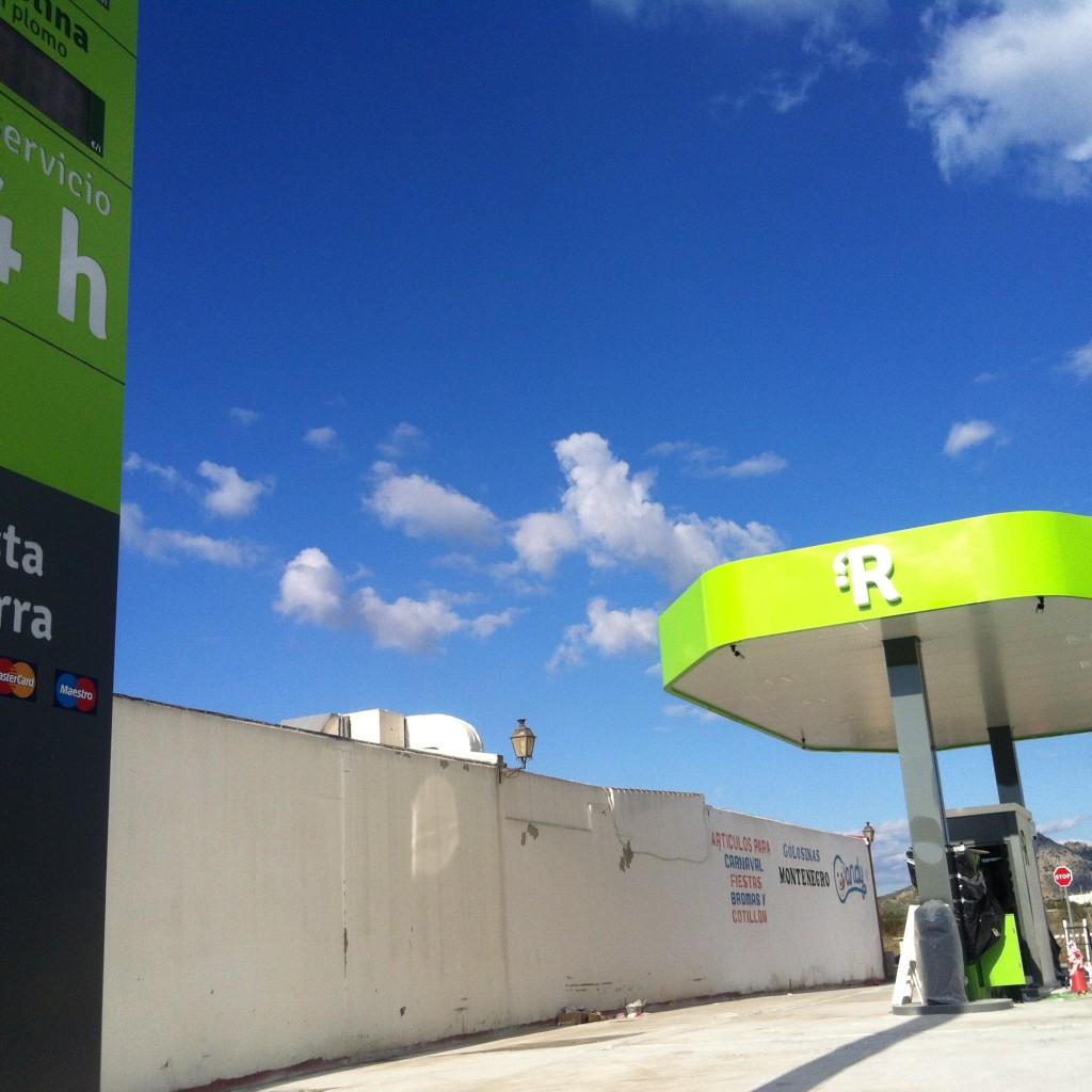 Cue Arquitectos y Abogado instalando suministro de combustible para Resposta en Antequera